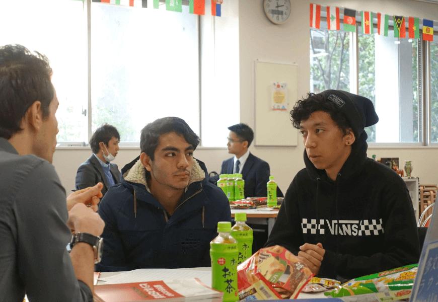 外国人との交流中の画像